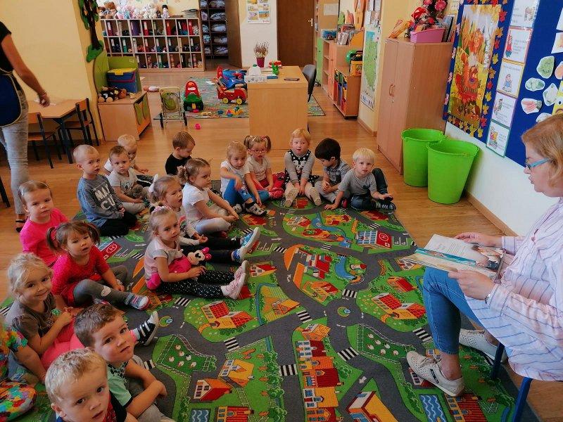 Pani pedagog czyta dzieciom bajeczkę o emocjach