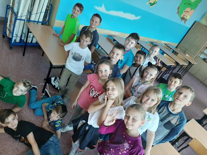 Zdjęcie uczniów w sali lekcyjnej