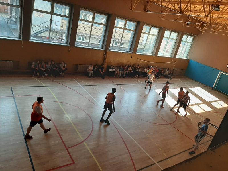 Zdjęcie rozgrywek sportowych na sali gimnastycznej