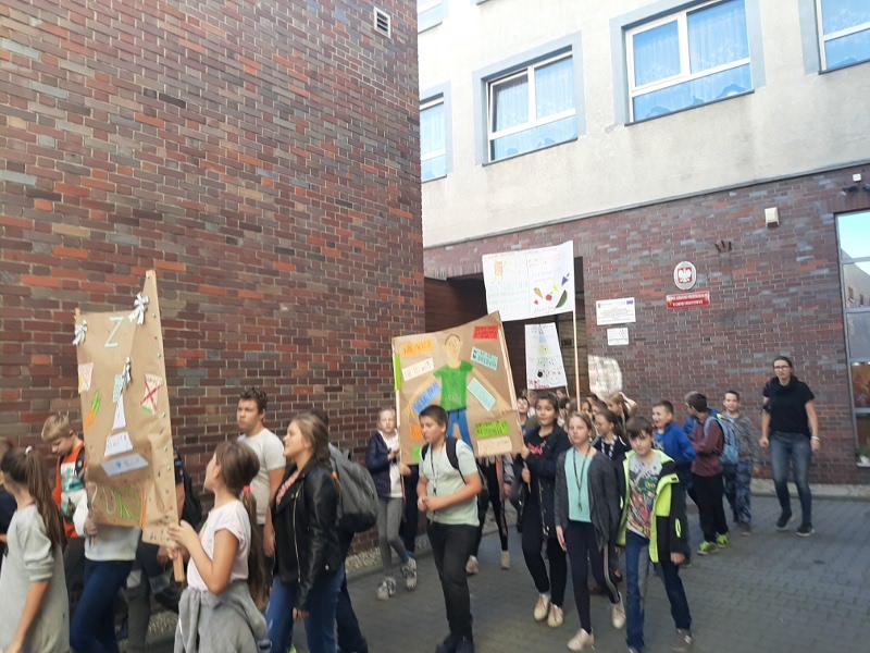 Zdjęcie przemarszu uczniów ulicami Ornontowic