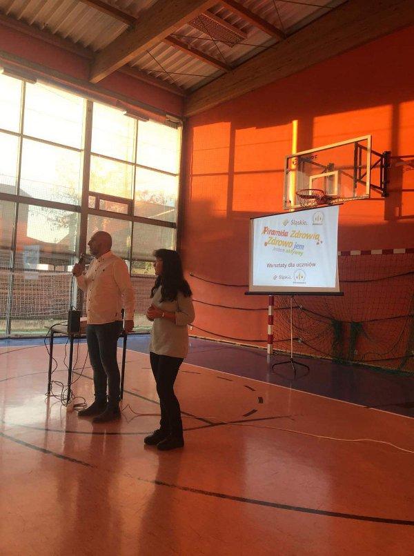 Przedstawiciele Towarzystwa Pomocy Dzieciom i Młodzieży z Cukrzycą rozmawiają z dziećmi