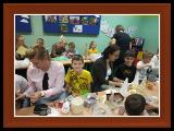 Zdjęcia dzieci i rodziców klasy 1c podczas warsztatów świątecznych