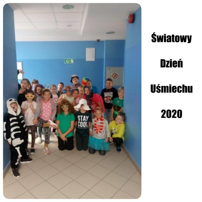 Zdjęcie grupowe klasy 4a podczas Światowego Dnia Uśmiechu