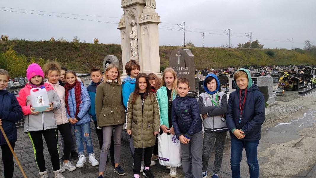 Zdjęcie pomnika wszystkich tych, którzy zginęli z Ornontowic w czasie II wojny światowej w obozach koncentracyjnych, na frontach wojennych oraz pomordowanych przez NKWD policjantów pochodzących z Ornontowic